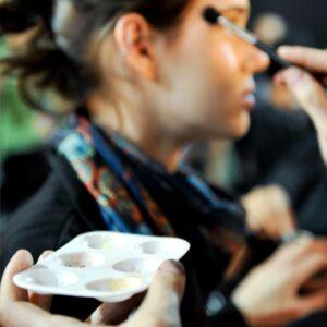 Las 4 cosas que nunca debes hacer cuando te contacten por teléfono para pedir tus servicios de Maquilladora Profesional.